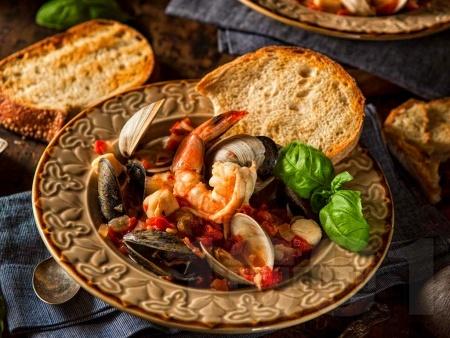 Яхния от морски дарове – бяла риба, миди и скариди с домати и червено вино - снимка на рецептата
